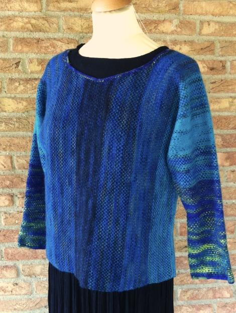 """Gudenå"". Perlegrus-sweater i 5 forskellige Opus-farver."