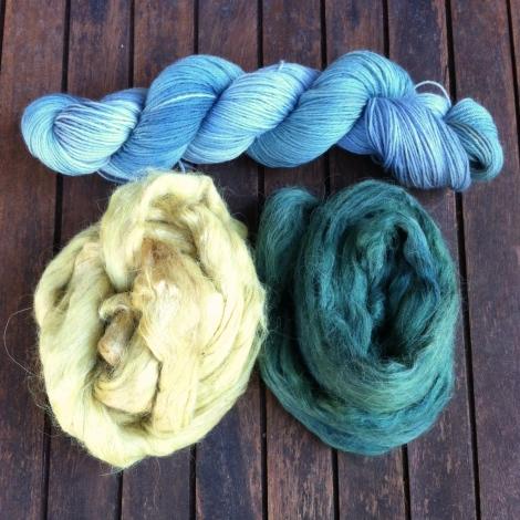Øverst strømpegarn med akelejer. Fra venstre: alpaca/silk fibre, gult med mirabelleblade og flaskegrønt med sort tulipan