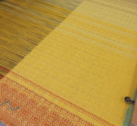 Fra venstre er stoffet først orange, så dybt varmt gult.
