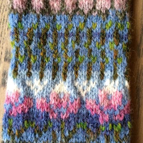 De midterste mønstre: magnoliaflomsterknopper og kviste igen, med små lysegrønne bladknopper.